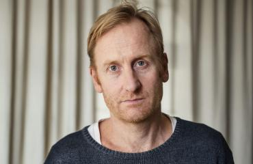 Ruotsalaisnäyttelijä esittää Midnight Sunissa saamelaistaustaista syyttäjää Anders Harneskia.