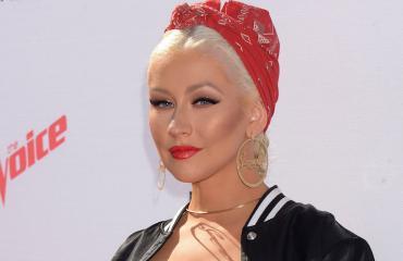 Christina Aguilera esittää seksirobottia.