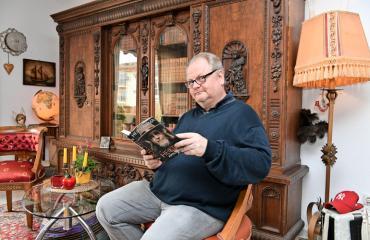 Antti Pekkarinen esittelee asuntonsa.