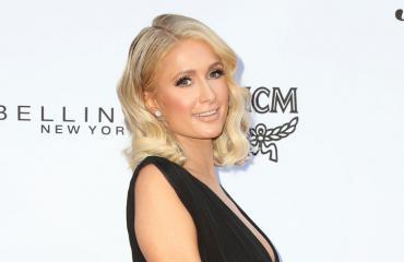 Paris Hilton poseerasi avonaisessa kaula-aukossa.