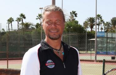 Jari Hedman valmentaa julkkiksia tenniksessä.