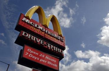 Nainen uhkaili ihmisiä aseella McDonald'sissa.