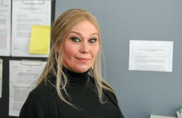 Outi Mäenpää esittää poliisipomoa.