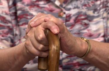 100-vuotias nainen uskoo sinkkuuden voimaan.