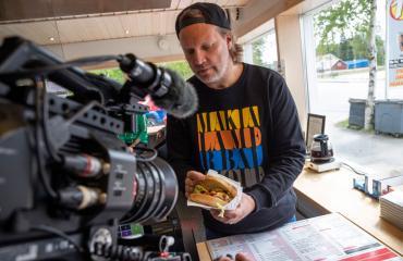Kim Sainio siirty ohjaajan paikalta juontajaksi.