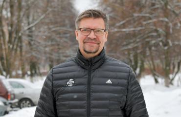 Jukka Jalonen luennoi terassilla.