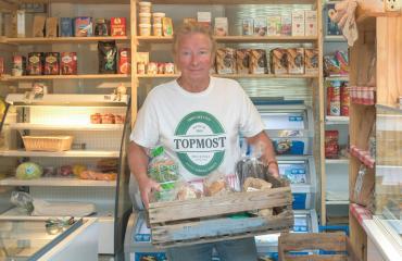 Kisu Jernström pitää kyläkauppaa Inkoossa.