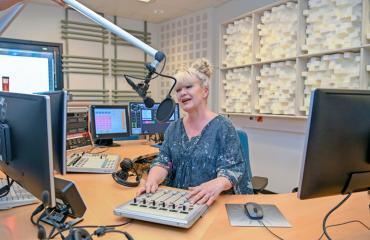 Tarja Närhi työskentelee Yleisradiossa.