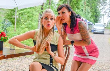 Susanna Laine ja Mira Luoti esiintyvät kesäteatterissa.