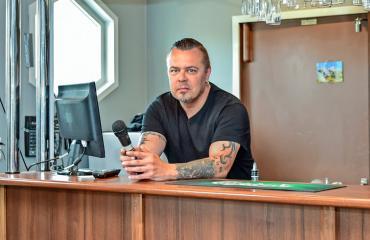 Janne Hurme työskentelee ravintolassa.