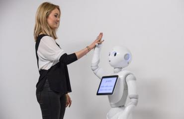 Ihmiset suosivat valkoisia robotteja.