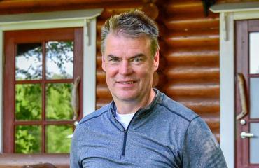 Raimo Helminen esittelee kesämökkinsä.