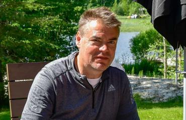 Raimo Helminen rentoutuu kesämökillään.
