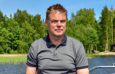 Raimo Helminen esitteli Seiskalle veneensä ja mökkinsä.