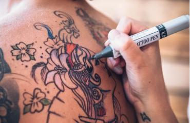 Mies on 90-prosenttisesti tatuointien peitossa.