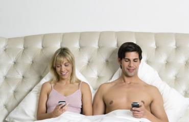 Parien puhelinriippuvuus pilaa seksin.