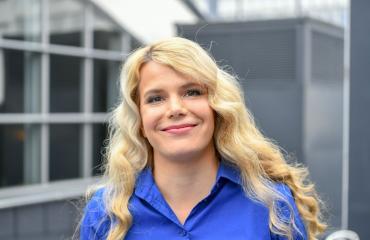 Lauren Lehtinen tähdittää Putous-ohjelmaa.