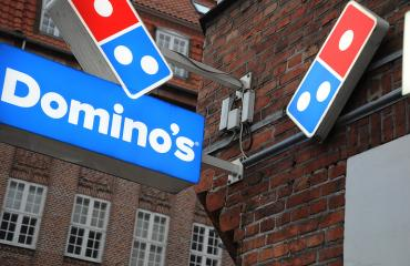 Fanit tatuoivat Dominos-logon ihoonsa.