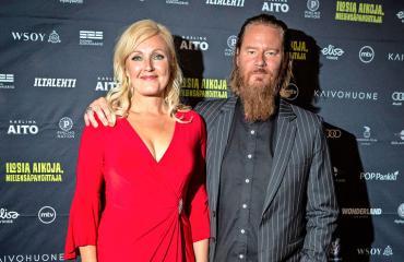 Jouni Hynynen ja Mari Pernakoski nauttivat viiniä.