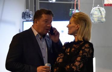 Jari ja Vanessa Kurri Mika Häkkisen synttäreiden jatkoilla.