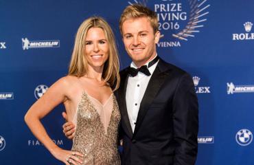 Nico Rosbergin Vivian-vaimo riisui yläosansa.