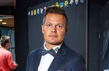 Sami Kapanen salaperäisenä perheenlisäyksestä.