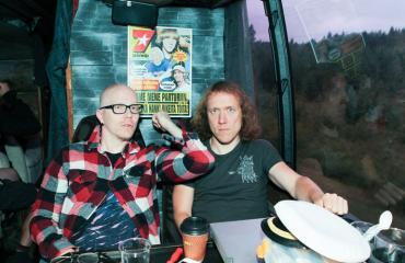 Toni Wirtanen ja Sipe Santapukki muistelevat keikkareissua.