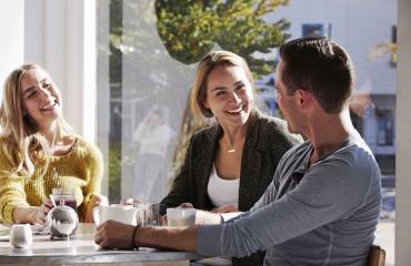 Nainen epäilee miehensä pettävän au pairin kanssa.