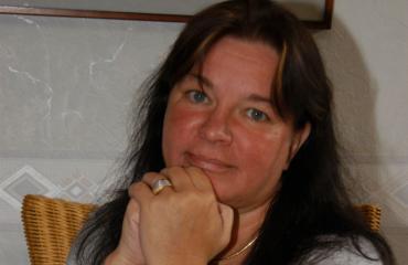 Mervi Tapola osallistui äitinsä hautajaisiin.