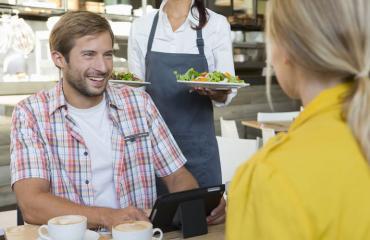 Mies lohkaisi sopimattoman vitsin ravintolassa.