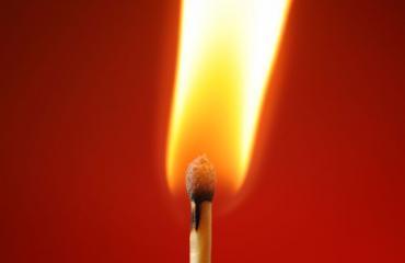 Nainen sytytti tulipalon.