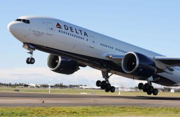 Deltan lentäjä flirttaili lennolla.