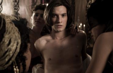 Dorian Gray nautti orgioista.