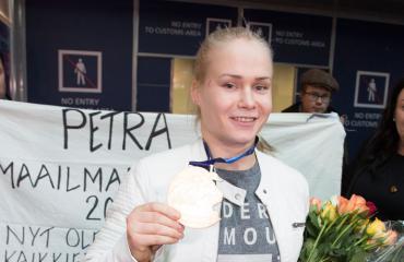 Petra Olli liikuttui saamastaan sankarin vastaanotosta Helsinki-Vantaan lentoasemalla.