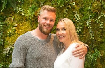 Juha Rouvinen ja Jutta Gustafsberg jälkijuhlivat häitä.