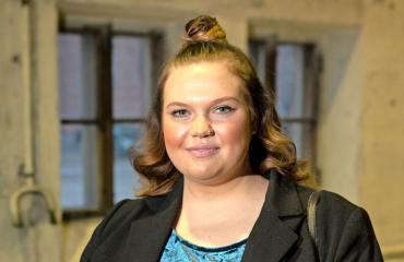 Eve Hotti näyttelee Sekasin-sarjassa.