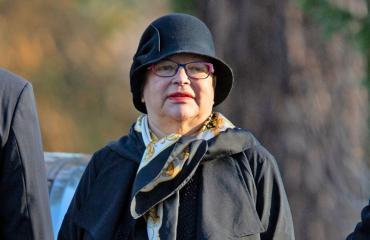 Mervi Tapola hautasi äitinsä.