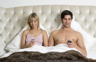Sängyssä tuijotetaan puhelimia.