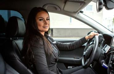 Kati Korhonen kritisoi taksiuudistusta.