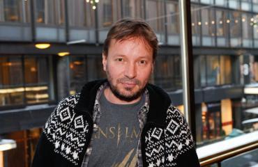 Pauli Hanhiniemi saapui ensi-iltaan rakkaansa kanssa.