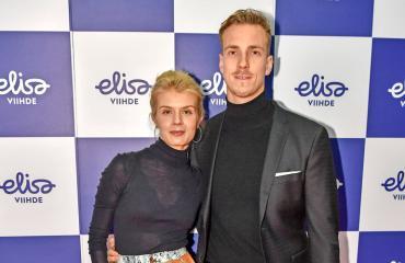 Alina Tomnikov avioituu Lauri rakkaansa kanssa.