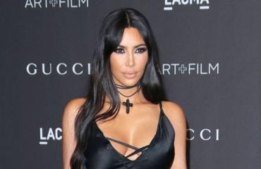Kim Kardashian lounasti vartaloamyötäilevässä asussa.