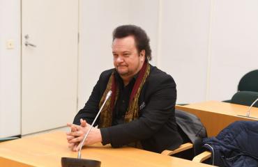 Hannu Jurmu rehvasteli oikeudessa.
