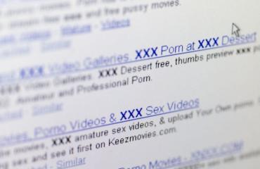 Mies katsoi pornoa ulkosalla.