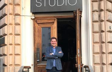 Jethro Rostedt on Studio-yökerhon isäntä.