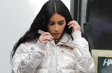 Kim Kardashian ostoksilla hopea-asussa.