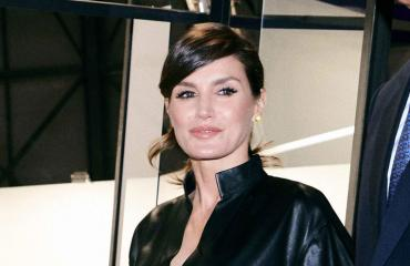 Letizia edusti nahkamekossa.