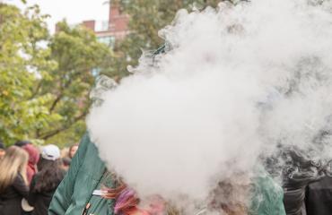 Kunnon hatsit! Arkistokuvassa joku polttaa kannabista saaden aikaan sankan savupilven.