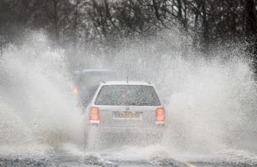 Autot ovat olleet vaikeuksissa tulvissa.