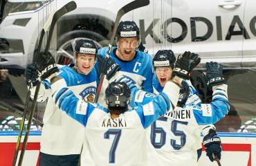 Marko Anttila ja Suomen joukkue juhlivat maalia MM-finaalissa.